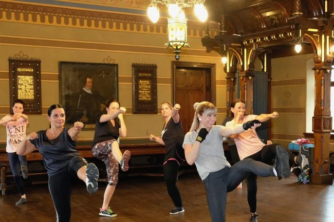 """Kickboxen für Anfänger unter dem Titel """"Taffes Rittergefecht"""": Trainerin Stephanie Krohn (vorn) mit den Teilnehmern im Ratssaal."""