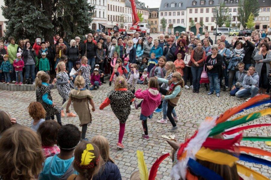 Ein Bild aus vergangenen Tagen: Dicht aneinandergedrängt verfolgen Besucher des Rochlitzer Händlerherbstes die Darbietung der hiesigen Grundschüler.