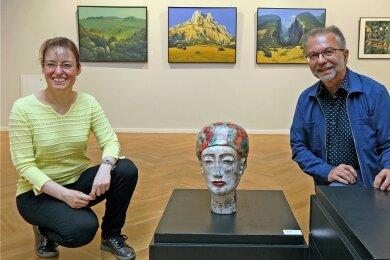 Galerieleiterin Alexandra Hortenbach Vereinsvorsitzender Wolfgang Schinko in der Ausstellung in der Galerie am Domhof. Gezeigt werden 90 Arbeiten von Mitgliedern des Kunstvereins.