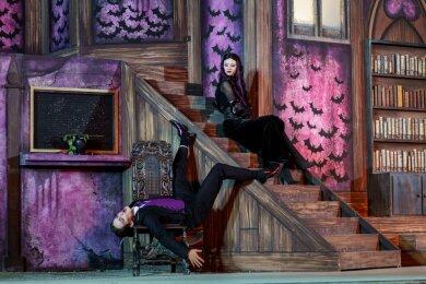 Hadern damit, dass ihre Tochter Wednesday keine Lust mehr auf Finsternis hat: Gomez (Nick Körber) und Morticia (Nadja Schimonsky) Addams auf den Greifensteinen.