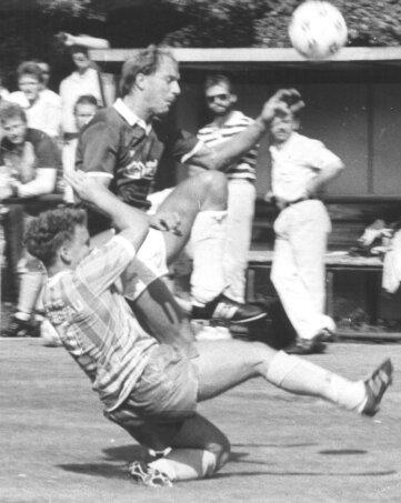 Dirk Schönfeld (v.) im DFB-Pokalspiel gegen Hasborn.