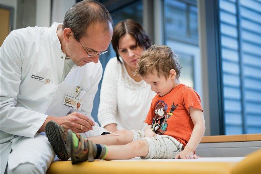 Der dreijährige Jonathan ist an Neurodermitis erkrankt. In der Kinderklinik des Uniklinikums Dresden entnimmt Professor Christian Vogelberg bei ihm einen Hautabstrich für weitere Untersuchungen.