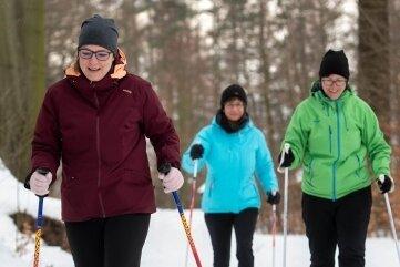 Diese Frauen machten am Dienstag einen Ausflug in den Bergwald. Auf Langlaufskiern genoss das Trio die Natur und nutzte womöglich die letzte Chance in diesem Frühjahr auf das seltene Sportvergnügen.