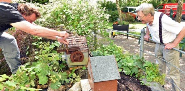Hausmeister Thomas Wünsch (l.) überprüft regelmäßig den Wasserzulauf. Wolfgang Lange (r.) sorgte dafür, dass das Objekt nach dem Verkauf des Grundstücks seiner Familie nach Flöha kommt.