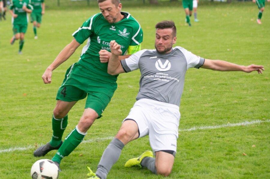 Intensive Zweikämpfe wie dieser zwischen Drebachs Martin Horn (l.) und Dittmannsdorfs Sebastian Viertel haben das Duell der beiden Teams bestimmt. Torchancen bekamen die Zuschauer nur wenige zu sehen.