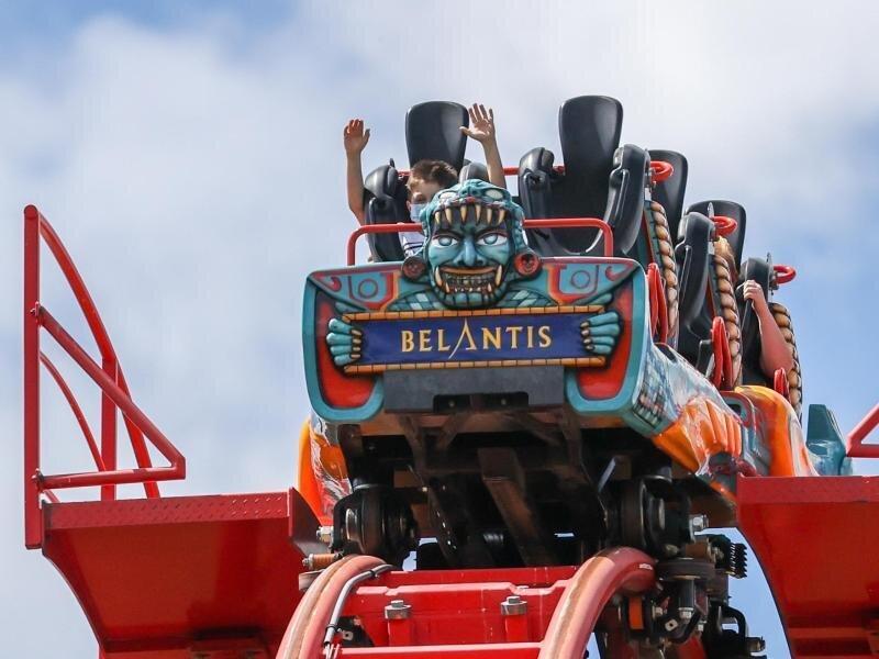"""Besucher fahren mit der Achterbahn """"Huracan"""" im Freizeitpark Belantis."""