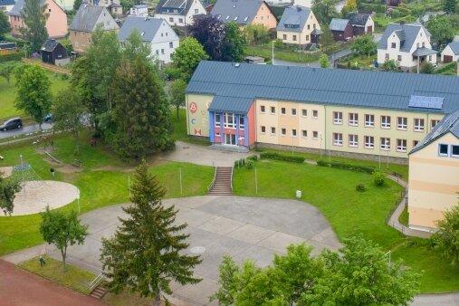 Blick auf die Mildenauer Grundschule. Der Anbau soll am Hortflügel (im Bild links) entstehen.