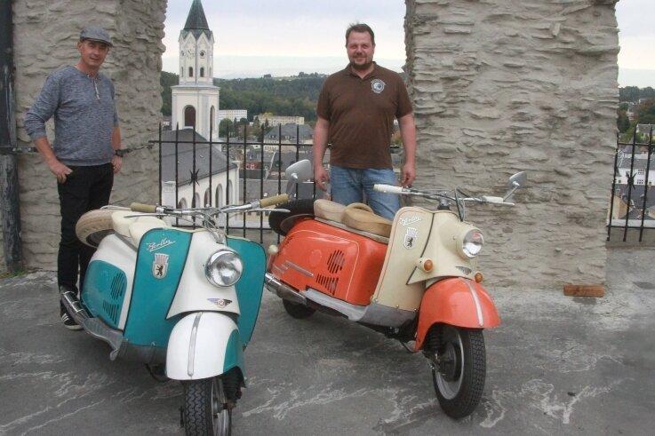 Jörg Röber und Daniel Hübscher (rechts) waren mit ihren Berliner Rollern, gebaut 1959 in Ludwigsfelde, zum Oldtimertreffen auf die Burgruine in Elsterberg gekommen.