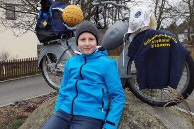 Chris Luis Petermann war einer der Teilnehmer an der Winterwanderaktion. Im Rucksack nahm er dabei seine Wasserballausrüstung mit, die er am Burgteich sogar auf die extra gespannte Leine hängte.