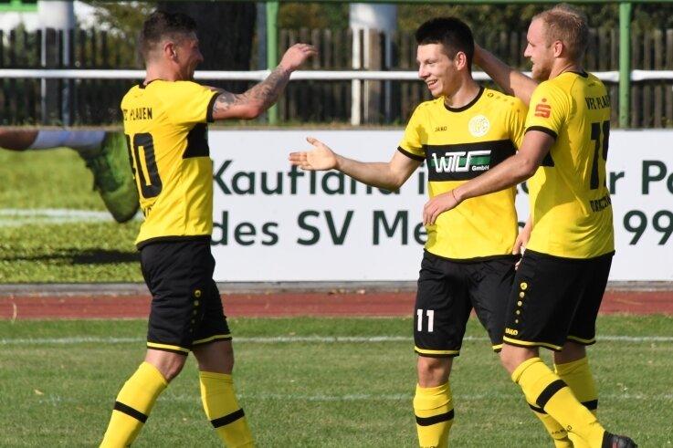 Philipp Sovago holt sich die Glückwünsche für sein Tor zum 2:0 von seinen Mannschaftskameraden Patrick Grandner (links) und Philipp Dartsch (rechts) ab. Alle drei wurden in der zweiten Halbzeit eingewecheselt.