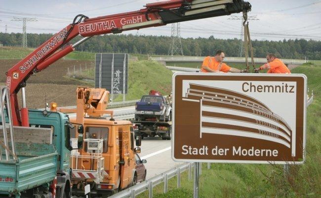 Im Herbst 2007 ließ die Stadtverwaltung Hinweistafeln aufstellen, die seither für die Stadt der Moderne werben - wie hier an der A 72 zwischen Hartmannsdorf und Limbach-Oberfrohna-Ost.