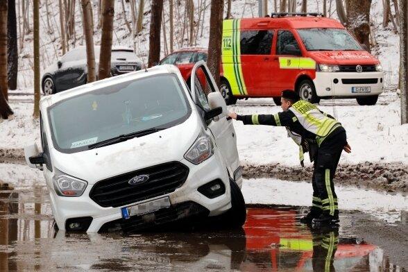 Ein Feuerwehrmann neben dem verunglückten Transporter. Wegen des havarierten Fahrzeugs war der Gutsweg für einige Zeit gesperrt.