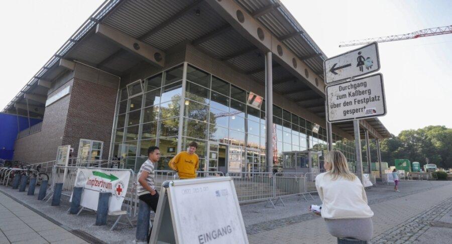Das Impfzentrum in der Richard-Hartmann-Halle ist noch bis 30. September geöffnet. Impfwillige ab zwölf Jahren können sich dort immunisieren lassen. Danach öffnen Stadt und Klinikum eine Impfstelle im Küchwald.