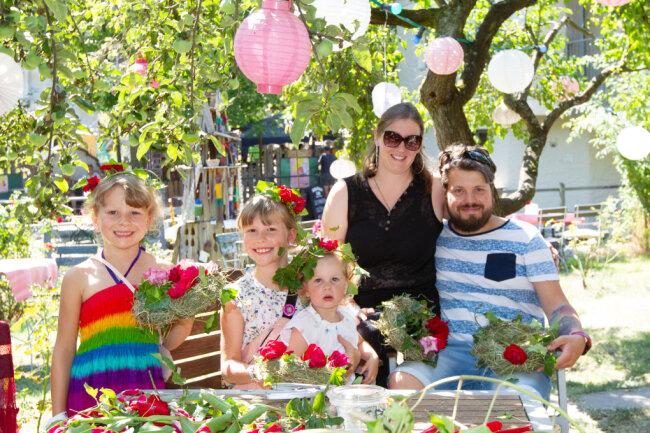 Maria und Rene Stuffrein aus Leipzig bastelten mit ihren Kindern Aliya, Talida und Malina (v.li.) Blumenkränze.