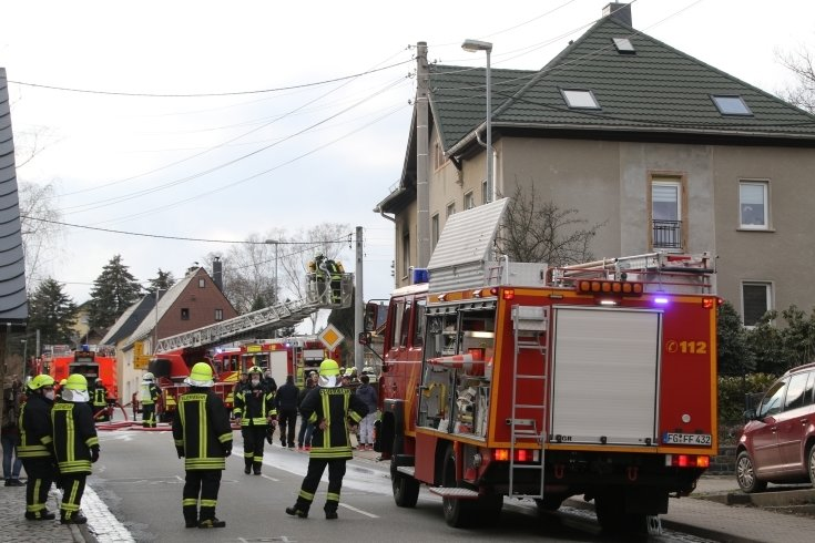 Feuerwehr bekämpft Brand in Erdmannsdorfer Wohnhaus
