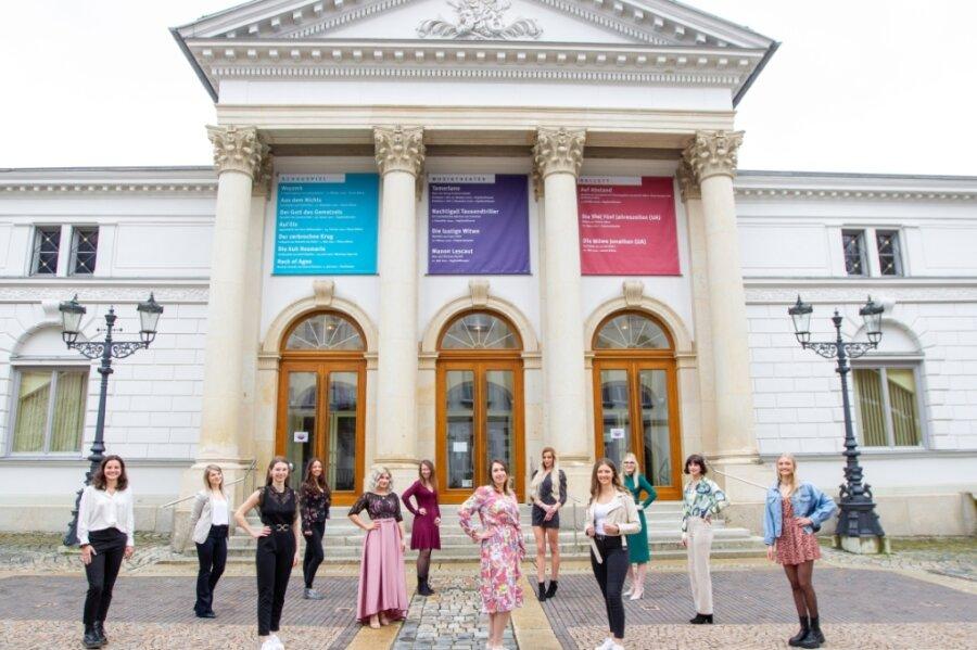 Ein Stelldichein vor dem Plauener Vogtland-Theater: Die zwölf Anwärterinnen für das Amt der Spitzenprinzessin präsentierten sich am Freitag erstmals öffentlich.