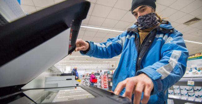 Kai Brenner aus Eibenstock war am Samstag noch schnell in einem Elektrofachmarkt in Aue auf der Suche nach einem Drucker, nachdem ihm seiner kaputt gegangen ist.