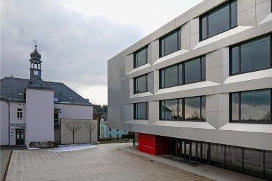 Am modernen Neubau der Sachsenring-Oberschule im Hohenstein-Ernstthaler Hüttengrund gibt es nicht nur viele Räume zu reinigen, sondern auch großflächige Fensterfronten.