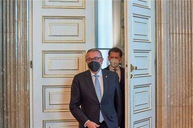 Einen Schritt weiter? Am Mittwoch traf der österreichische Regierungschef Sebastian Kurz mit dem russischen Botschafter Dmitri Ljubinski (vorn) zu einem Arbeitsgespräch im Bundeskanzleramt in Wien zusammen. Österreich steht nach Verhandlungen mit Moskau kurz vor der Bestellung des Impfstoffes Sputnik V.