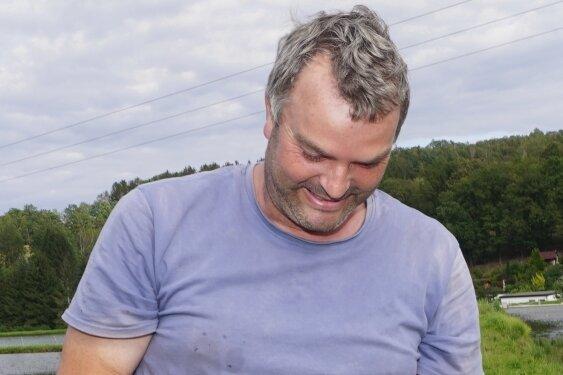 Sven Rockstroh ist zufrieden: Die zweijährigen Karpfenhaben sich bislang gut entwickelt.