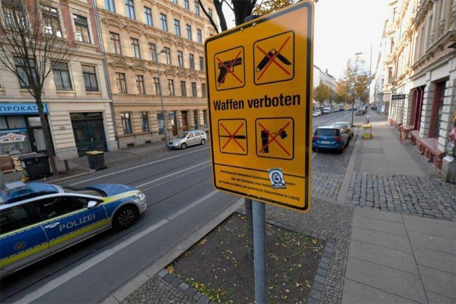 Ein Schild in der Leipziger Eisenbahnstraße zeigt, welche Gegenstände hier nicht mitgeführt werden dürfen.