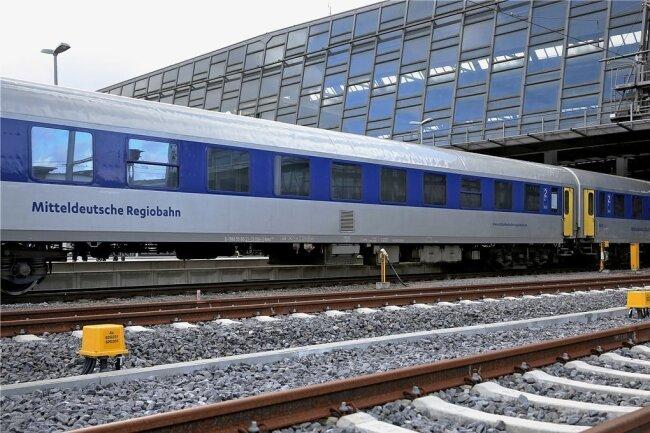 Ein Regionalexpress der Mitteldeutschen Regiobahn verlässt den Chemnitzer Hauptbahnhof.