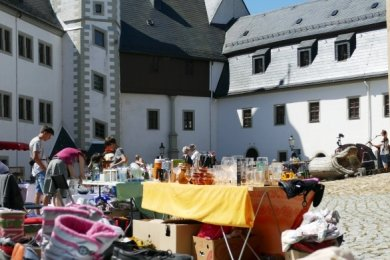 Das gemütliche Flair im Schlosshof kam beim Flohmarkt Anfang Juli gut an. Der Monatsmarkt für Modellbauer fällt nun dagegen aus.