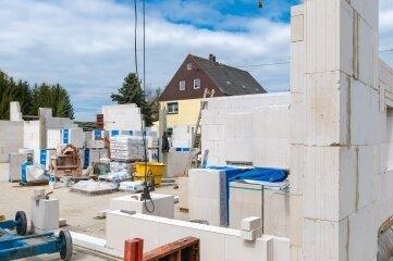 Nach der Bodenplatte sind auch die Außenmauern der neuen Kindertagesstätte in Wernsdorf weitestgehend fertiggestellt. Nun werden die Zwischenwände gemauert.