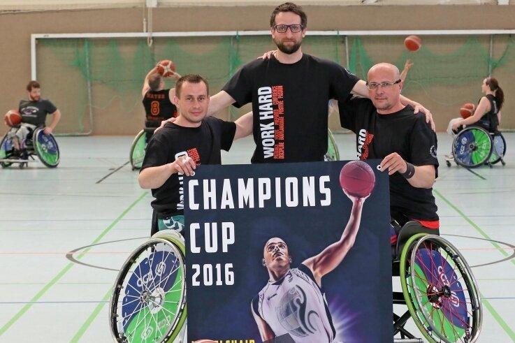 Vytautas Skucas, Trainer Marco Förster und Rostislav Pohlmann (v. l.) präsentieren das Plakat für den Champions-Cup 2016.