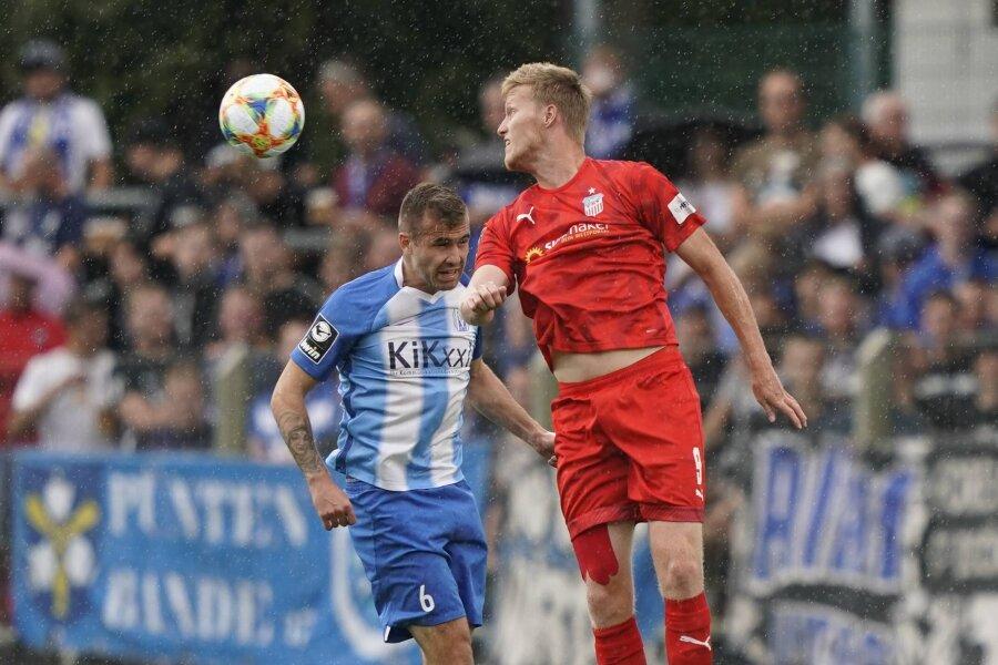 Gerrit Wegkamp (r.), der sich hier beim Kopfballduell gegen Marco Komenda durchsetzt, erzielte das erste Saisontor für den FSV Zwickau.