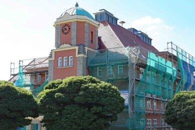 Nachdem mit der Erneuerung des Daches der Turnhalle bereits begonnen wurde, soll 2021 auch das des Hauptgebäudes (Foto) folgen. Foto: Thomas Michel