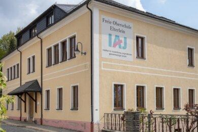 Noch ist deutlich erkennbar, wer Träger der Oberschule in Elterlein ist: das IAJ. Ab dem Schuljahr 2021/22 soll sich das ändern.