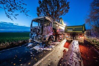 Ein Lkw ist am Dienstag auf der S 312 zwischen Theuma und Juchhöh ausgebrannt.