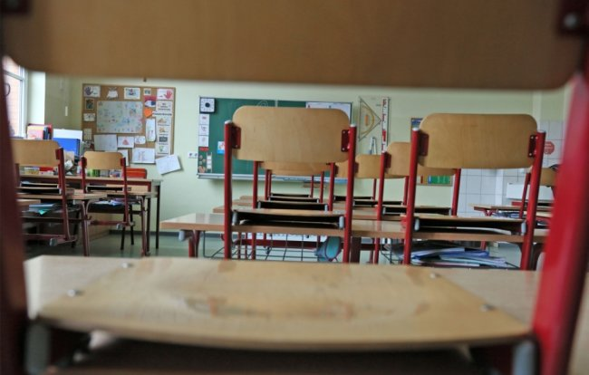 Die Stühle werden in den Klassenräumen im Landkreis Zwickau - wie hier in der Zwickauer Dittesschule - nächste Woche auf den Tischen bleiben. Nur in Grundschulen findet eine Notbetreuung statt.