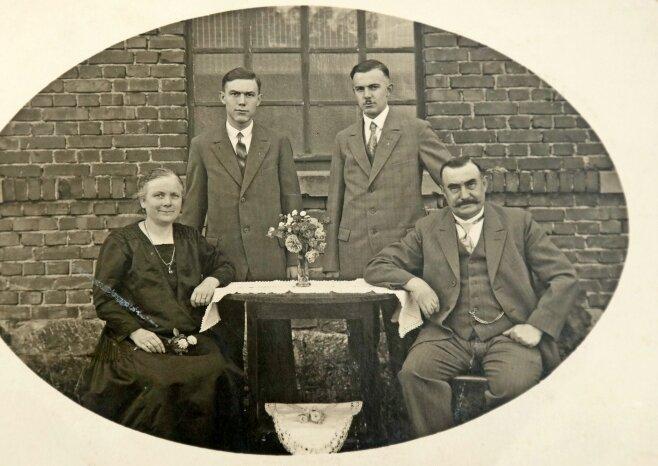 Selma und Firmengründer Richard Bauer (sitzend) mit den Söhnen Max (links) und Paul Bauer.