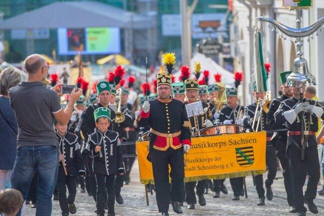 Es wird noch nicht sein wie vor Corona - wie 2019 beim Bergstreittag in Schneeberg (Foto). Doch Ensembles wie das Musikkorps der Bergstadt Schneeberg - das Landesbergmusikkorps Sachsen - sollen endlich wieder proben dürfen. Acht Monate lang mussten sie darauf warten.