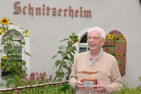 """Manfred Büßer mit seinem """"Goldenen Schnitzmesser""""."""