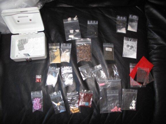 Verschiedene Betäubungsmittel hat die Polizei in einer Wohnung an der Ulbrichtstraße im Stadtteil Bernsdorf gefunden.