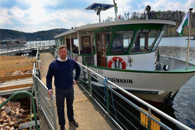 Die Fährschiffe, hier Kapitän Andreas Weczerek, haben auf der Talsperre Kriebstein den Linienverkehr wieder aufgenommen. Im Hafen wird aber noch gebaut, der Zugang ist ein Provisorium.