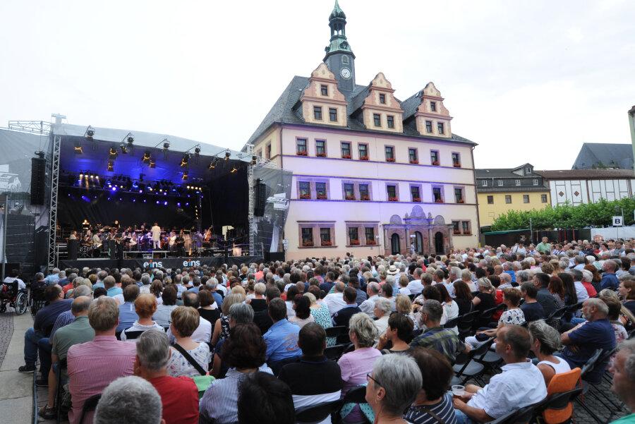 """""""Philharmonic Rock"""" begeistert etwa 850 Zuschauer auf dem Peniger Markt"""