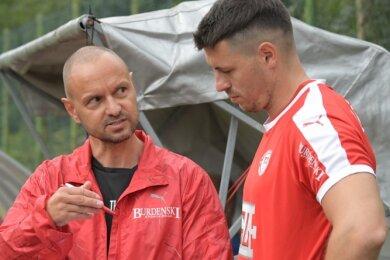 Hat sicher Gesprächsbedarf: Der Lößnitzer Trainer Heiko Junghans (l.) - hier mit Mittelfeldspieler Guido Heßmann noch während der Vorbereitung - will die Auftaktniederlage in Wilsdruff rasch aufarbeiten.