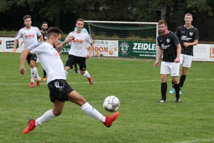 Philipp Mitzscherling (links) hat in dieser Saison schon sieben Tore für Lok Zwickau geschossen. Im Heimspiel gegen Thalheim konnte er eine Chance nutzen, eine andere vergab er.