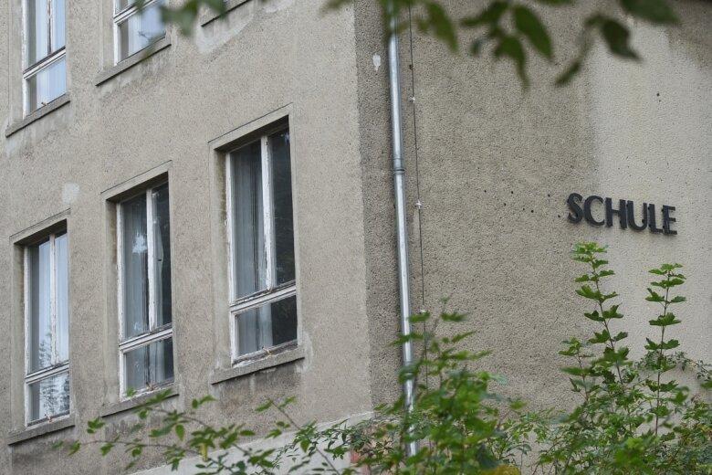 Die ehemalige Fritz-von-Uhde-Grundschule in Wolkenburg steht seit ihrer Schließung 2013 leer. Seitdem besuchen die meisten Kinder aus Wolkenburg-Kaufungen die Grundschule in Rußdorf. Um das Wolkenburger Gebäude zu sanieren, wäre wohl ein siebenstelliger Betrag nötig.