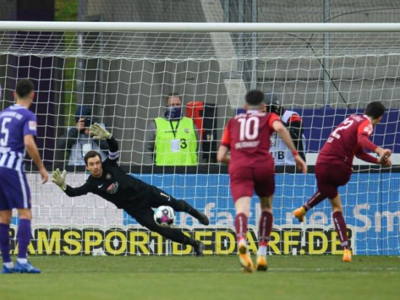 Regensburgs Sebastian Stolze (r) erzielt gegen Aues Torwart Martin Männel (2.v.l.) per Elfmeter das Tor zum 0:2.