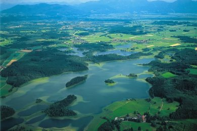 Die Landschaft um die Osterseen im Alpenvorland ist flach und gut ausgestattet mit Radwegen.