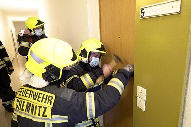 Jede Wohnung muss überprüft werden. Teils muss die Feuerwehr Türen öffnen.