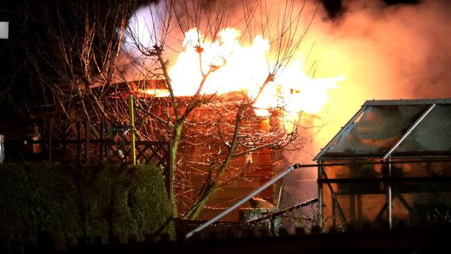 Lichterloh standen die Gartenlauben in Brand.