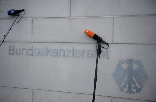 Das Abendessen mit Deutsche-Bank-Chef Josef Ackermann im Kanzleramt sorgt bei SPD und Opposition weiter für Empörung. Der Steuerzahlerbund forderte die Offenlegung der Gästeliste, die nach einem Pressebericht neben Politikern und Managern auch Prominente wie TV-Star Frank Elstner umfasste.