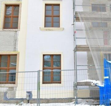 Am Herderhaus in Freiberg ist schon ein erster Abschnitt mit dem neuen Außenputz versehen.