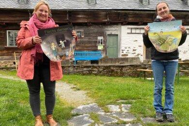 Franziska Waldmann (links) und Romy Bach präsentieren im Freilichtmuseum Landwüst Tafeln für die Bilderserie, die anschaulich zeigt, wie früher aus Flachs mühevoll textile Linnen gemacht wurden.